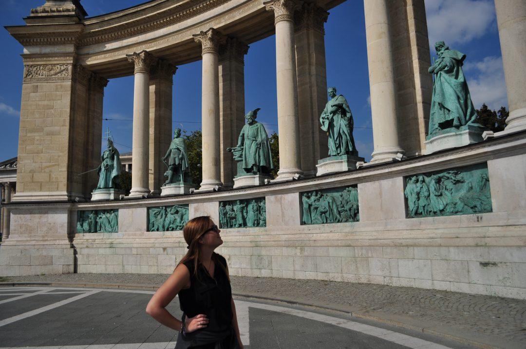 Petra op het Heldenplein in Boedapest. Meer weten over wat te doen in Boedapest? Bezoek doeninboedapest.nl