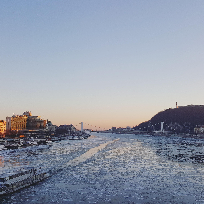 Tijdens een winterwandeling bewonderde ik een bevroren Donau! Meer tips voor Boedapest in de winter vind je op doeninboedapest.nl