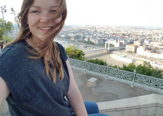 Wat je moet weten voordat je naar Boedapest reist Wat je moet weten voordat je naar Boedapest reist Wie, wat, waar? Misschien weet je het al: Boedapest bestaat uit twee samengevoegde steden, gescheiden door de Donau. Aan de west-zijde ligt het heuvelachtige en historische Buda, aan de oost-zijde het toeristische, vlakke Pest. In Buda moet je zijn voor je heuveltraining, waanzinnige uitzichten over de stad en historische bouwwerken als de Burcht van Buda. Ik verwacht dat je in Pest de meeste tijd zult doorbrengen. Hier vind je de meeste bezienswaardigheden, musea, bars, restaurants, etc. De uitgaanswijk is Erzsébetváros, of district 7. Shoppen doe je in Váci utca of in WestEnd City Center. Bezienswaardigheden zijn verspreid over Pest. - Lees meer: 5x de mooiste uitzichten in Boedapest