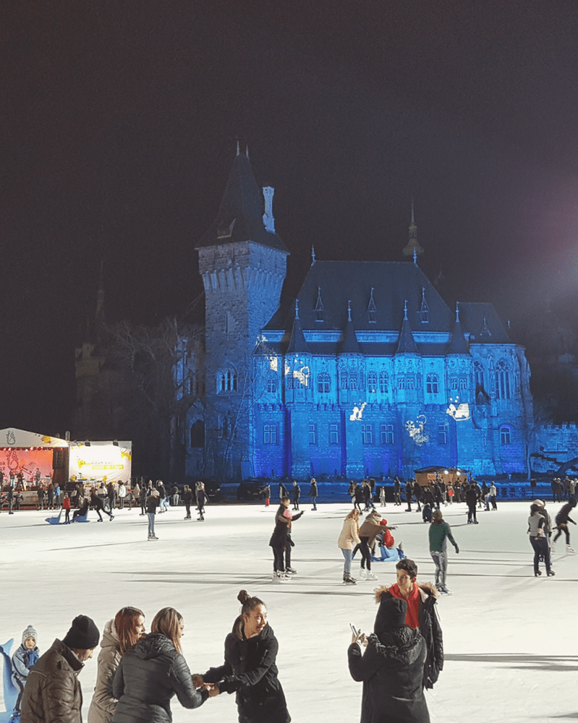 Winter in Boedapest is praktisch synoniem voor schaatsen in Városliget. Soms worden er ook lichtshows afgespeeld op het kasteel.